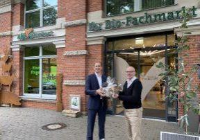 Coburg: Neues Leben in der Gründerzeitvilla. Stephan Meier (links) gratuliert Gerhard Bickel, geschäftsführender Gesellschafter von ebl-naturkost, zur Markteröffnung. (Foto: Sontowski & Partner Group)